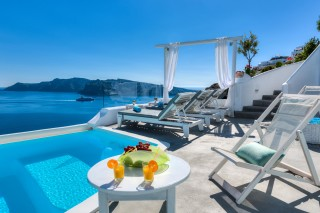 Luxurious Santorini hotel Kima Villas relax in the jacuzzi with sea view, drink wine or eat fruits in the big balcony