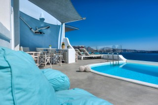 Luxurious Santorini hotel Kima Villas balcony with jacuzzi overlooking the sea and Caldera